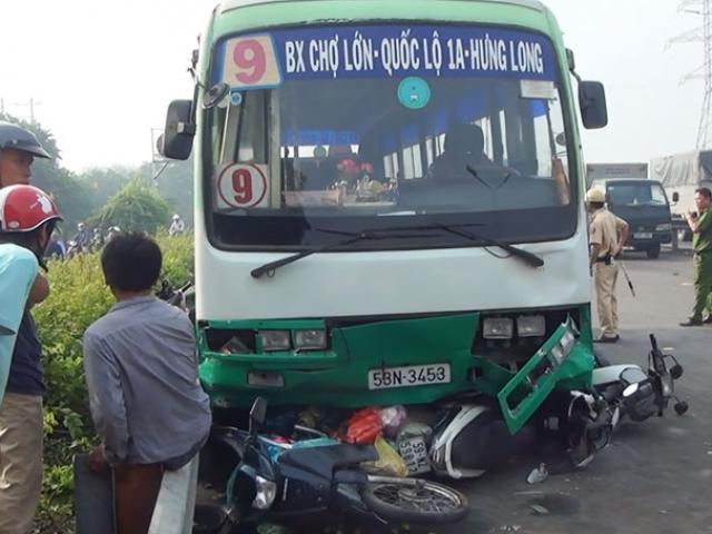 """Xe buýt """"đại náo"""" dốc cầu ở Sài Gòn, xe máy nằm la liệt"""