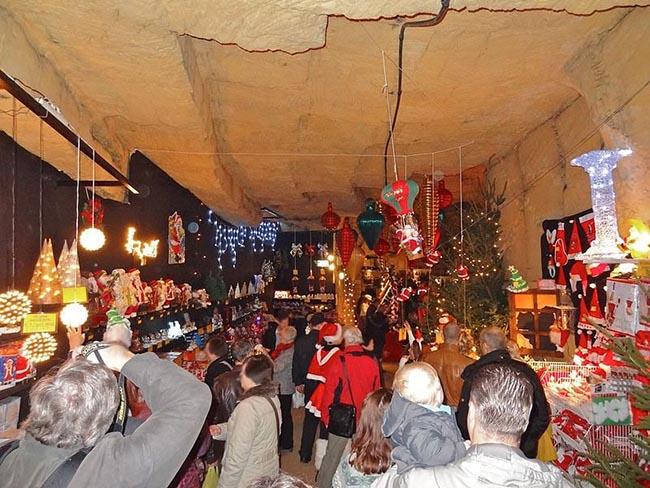 Valkenburg, Hà Lan: Nếu bạn muốn mua sắm vào dịp Giáng sinh hoặc mua một số quà tặng độc đáo như các sản phẩm thủ công truyền thống, không có nơi nào tốt hơn chợ Giáng sinh Valkenburg. Đây là chợ Giáng sinh ngầm lớn nhất và lâu đời nhất ở Châu Âu, nằm bên dưới thị trấn Valkenburg. Chợ được mở cửa vào giữa tháng mười một cho đến trước Giáng sinh với toàn bộ thị trấn biến thành một thiên đường mùa đông lấp lánh.