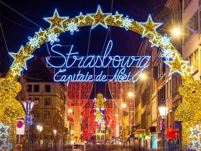 Strasbourg, Pháp: Strasbourg cung cấp một loạt các làng Giáng sinh theo các chủ đề khác nhau và biến thành phố thành một kỳ quan tuyệt vời của các điểm tham quan lễ hội và những thú vui ẩm thực đầy hấp dẫn. Tại Village of Alsace Farmhouse, du khách có thể nếm mận, quả mơ và các món khác nhau của những chú ngỗng tươi béo được nuôi trong nông trại.
