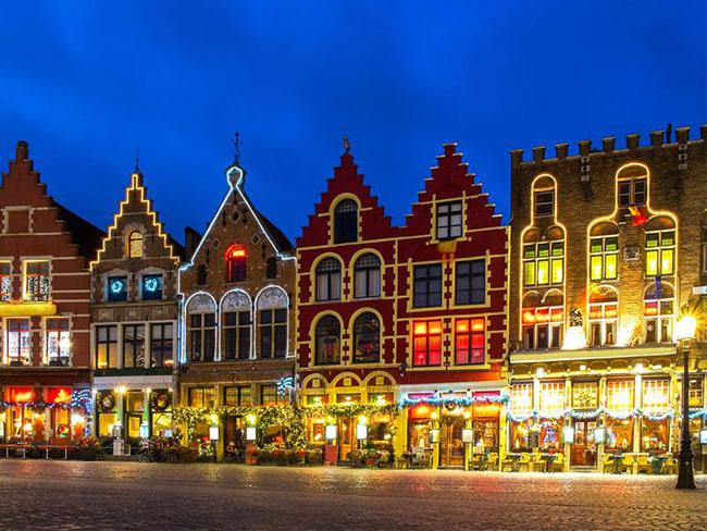 Bruges, Bỉ: Bruges, Bỉ với những kiến trúc từ thời Trung cổ rất quyến rũ du khách vào mùa giáng sinh, khi trung tâm thành phố biến thành một cuộc diễu hành Giáng sinh,và một sân trượt băng lớn. Du khách đến từ trước Lễ Tạ ơn cho tới qua năm mới, có thể thưởng thức Lễ hội Điêu khắc Băng. Lễ hội năm nay có tới 40 nghệ sĩ tạo ra những tác phẩm tuyệt vời từ 300 tấn băng và 400 tấn bông tuyết.