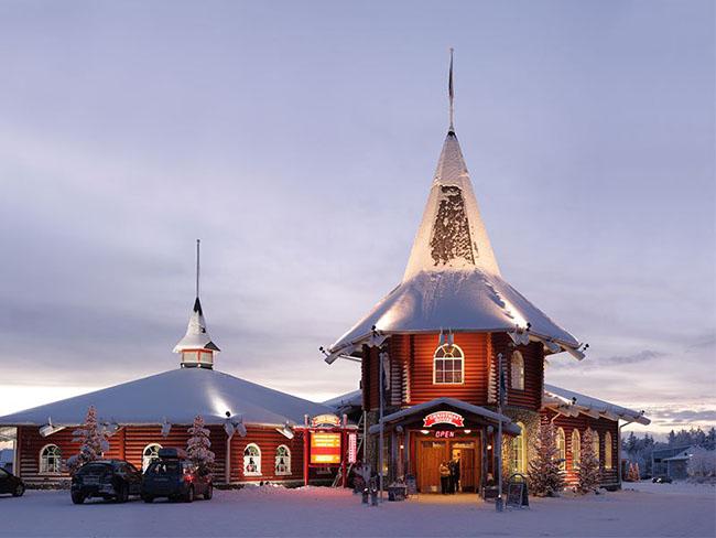 Rovaniemi, Lapland, Phần Lan: Rovaniemi ở Lapland, Phần Lan chắc chắn là một trong những nơi tuyệt vời nhất trên trái đất để chào mừng Giáng sinh. Nằm ở phía Bắc của Vòng Bắc cực, đây được coi ngôi nhà của ông già Noel. Đến đây, du khách sẽ được tham gia vào một buổi diễu phố bằng xe tuần lộc kéo lượn quanh trang trại tuần lộc của Sirmakko.