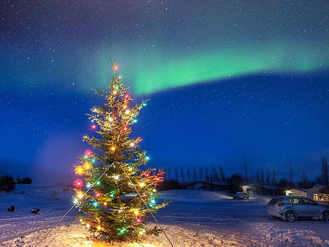 Reykjavik, Iceland: Chợ Giáng sinh ở Thị trấn Yule được lấp đầy bởi các dãy chòi nhỏ, đẹp như tranh vẽ. Điểm nhấn của Reykjavik là cơ hội được nhìn thấy ánh sáng rực rỡ của bắc cực quang chiếu qua bầu trời đêm tại thành phố tràn ngập tuyết và đèn Giáng sinh rực rỡ.