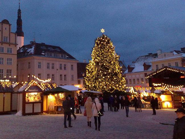 Allin, Estonia: Thủ đô của Estonia được biết đến với tinh thần Giáng sinh cực kỳ hưng phấn.Thị trấn cổ có từ thời trung cổ phủ tuyết và đèn lồng thắp sáng khắp mọi nơi, mang lại ánh sáng rực rỡ cho những con phố lát đá cuội. Cây Giáng sinh đầu tiên trên thế giới được dựng lên ở đây vào năm 1441.