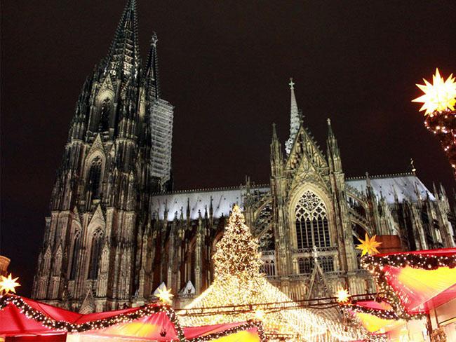 Cologne, Đức: Đến Cologne du khách sẽ có cảm giác Giáng sinh đặc biệt không thể cưỡng lại với các tòa nhà, đồ trang trí và một trung tâm rất sầm uất thịnh vượng. Trên thực tế, bạn sẽ tìm thấy tám chợ Giáng sinh khác nhau ở cả hai bờ sông Rhine. Chợ lớn nhất có thể tìm thấy trên quảng trường phía trước nhà thờ chính tòa của Cologne.