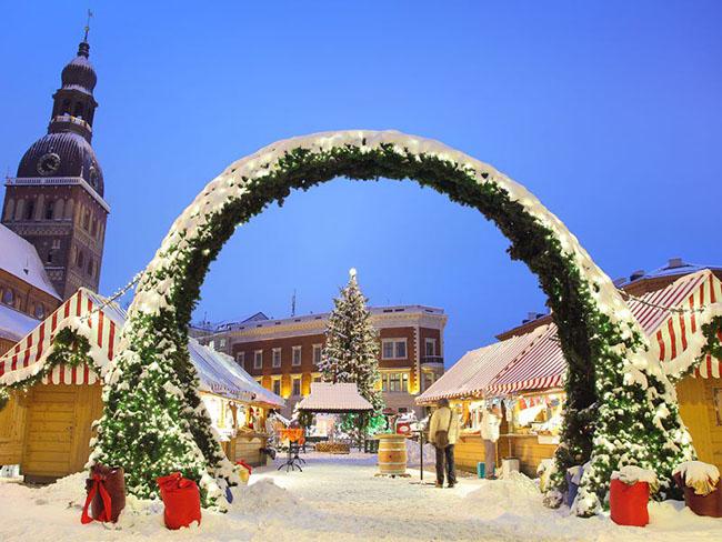 Riga, Latvia: Chợ Giáng sinh Old Riga đang chờ đón khách tham quan trong một khung cảnh kiến trúc rất độc đáo với quảng trường Town Hall xinh xắn. Du khách ở mọi lứa tuổi có thể thưởng thức bánh mỳ làm theo một công thức đặc biệt, đặc sản của địa phương cũng như mua sắm các mặt hàng thủ công như ấm, nến bằng gỗ, mật ong của Latvia và găng tay theo mẫu.