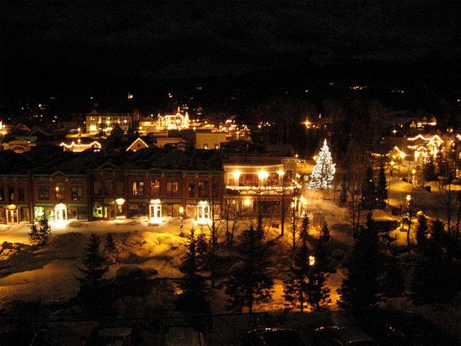 """Breckenridge, Colorado: Thị trấn này sẽ có một Giáng sinh xinh đẹp kiểu Victoria trong những ngày lễ cuối năm. Nó được bắt đầu tuần nghỉ lễ với """"Lightning of Breckenridge"""" vào cuối tuần đầu tiên của tháng 12 và suốt những ngày lễ du khách cảm thấy như bạn đã bước vào một bức tranh cổ tích."""