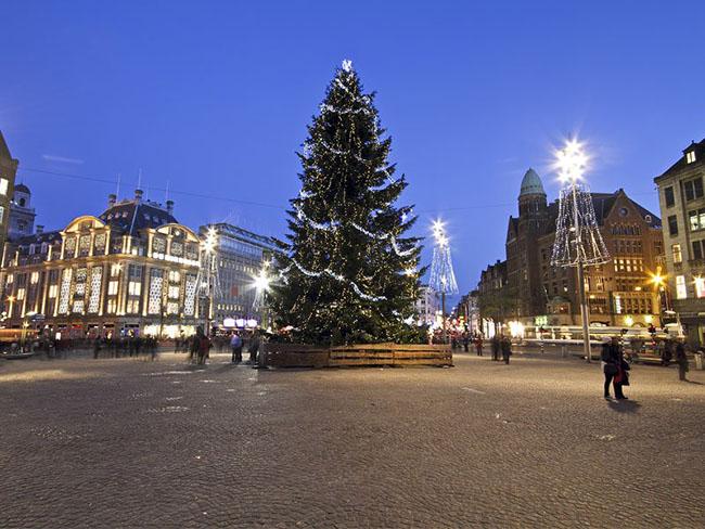 Amsterdam, Hà Lan: Thành phố cổ kính với các ngôi nhà ở thế kỷ 16 và thế kỷ 17. Thủ đô Hà Lan này không có chỉ một lễ Giáng sinh hấp dẫn du khách mà còn có nhiều điểm tham quan bổ sung, như Leidseplein với sân trượt băng hoàn hảo. Bạn cũng có thể thử món olibollen ngon miệng, hoặc bánh rán Hà Lan rất thú vị.