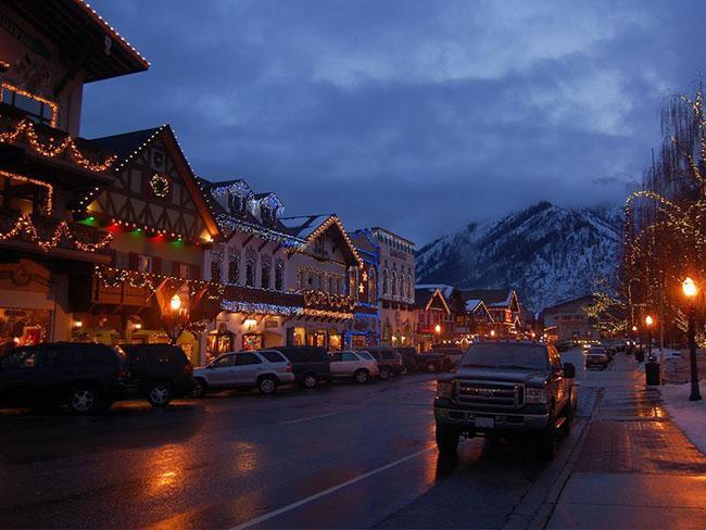Leavenworth, Washington: Leavenworth, nằm ở rìa phía đông của Dãy núi Cascade của Bang Washington, là một ngôi làng của Bavarian được biến đổi thành quả địa cầu phủ đầy tuyết của phép thuật Giáng sinh trong những ngày nghỉ. Lễ hội Ánh sáng Giáng sinh, tổ chức từ ngày 5 / 12 đến ngày 21 / 12, có nhiều bài hát caroling cổ, các nhân vật Giáng sinh và vô số ánh đèn chói lọi.