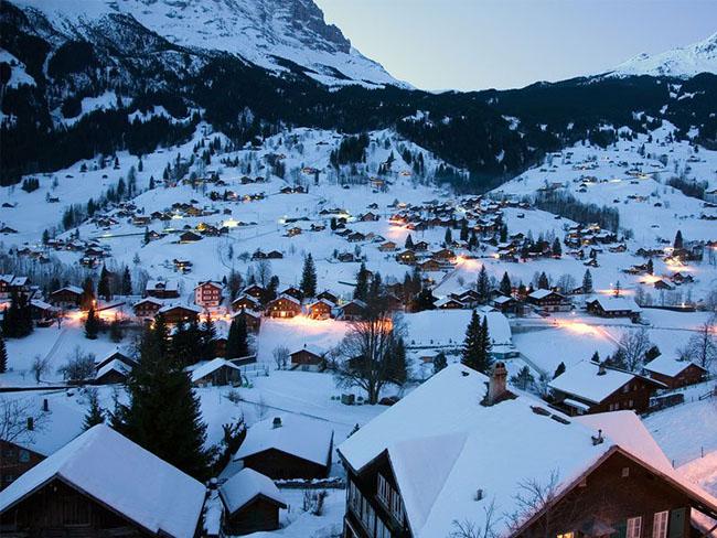 """Grindelwald, Thụy Sỹ: Ngôi làng Grindelwald nằm dưới chân hai đỉnh núi Alps của Thụy Sĩ – ngôi làng đẹp đến nỗi từng xuất hiện trong khá nhiều bộ phim bao gồm bộ phim nổi tiếng """"The Golden Compass"""". Ngôi làng cả trở nên nổi tiếng vào mùa giáng sinh do bầu không khí đặc biệt quyến rũ trong những ngày nghỉ lễ cuối năm."""
