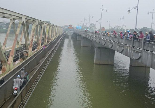Bị cấm chuyện tình cảm, nam sinh lớp 11 nhảy xuống sông Hương