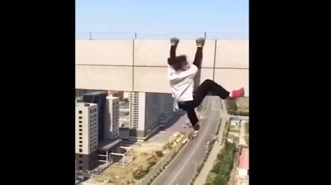 Diễn viên võ thuật 23 tuổi chết vì livestream từ tầng 62