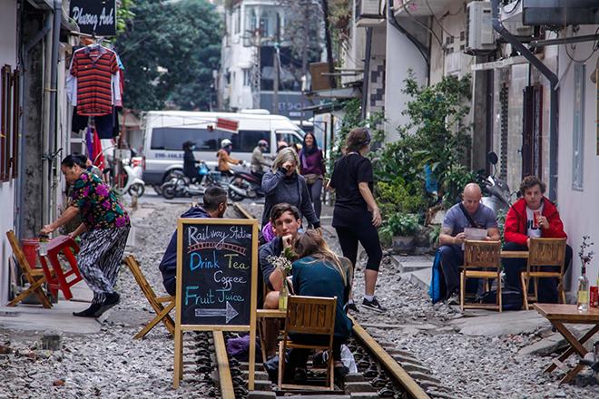 Chuyện lạ: Quán cà phê mọc giữa đường ray ở Thủ đô