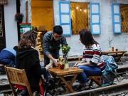 Tin tức trong ngày - Chuyện lạ: Quán cà phê mọc giữa đường ray ở Thủ đô