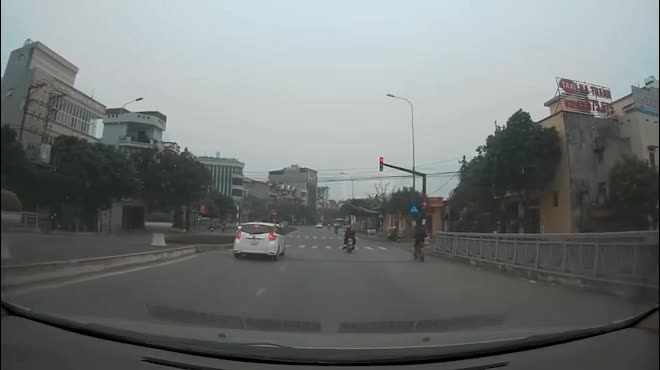 Kinh hãi xem clip ô tô bán tải tông hàng loạt xe dừng chờ đèn đỏ