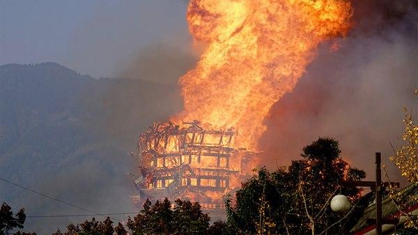 Tháp gỗ thời nhà Minh ở TQ cháy rừng rực trong biển lửa