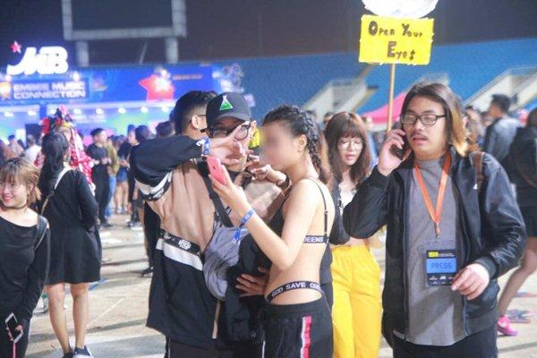 Chị em Hà Nội mặc nội y bé xíu, phơi lưng trần đi nghe nhạc giữa trời rét - ảnh 2