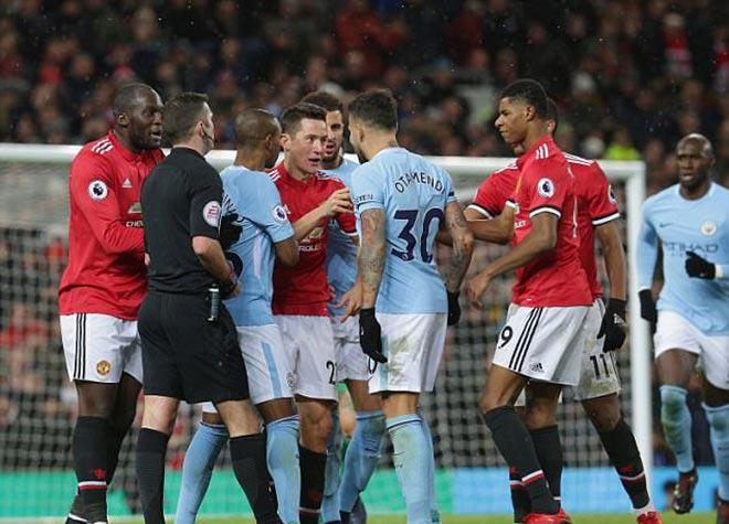 Mourinho cà khịa cầu thủ Man City, bị ném chai nhựa vào đầu 7