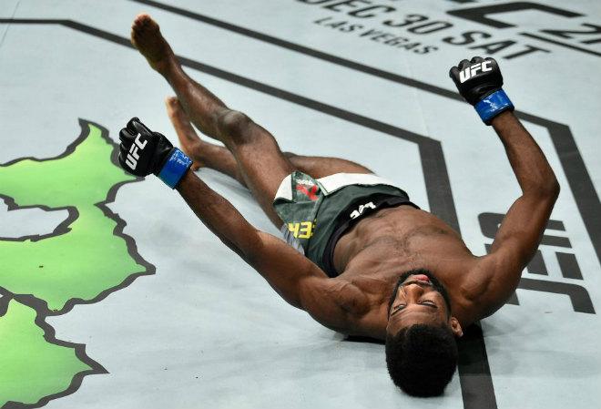 """Hãi hùng UFC: Cú lên gối đẹp nhất năm, đối thủ """"méo mồm"""" nhập viện 2"""