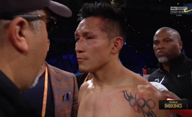 """Boxing: Tranh đấu """"tóe lửa"""", võ sĩ rách tai đổ máu như Holyfield 3"""