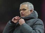 Mourinho cà khịa cầu thủ Man City, bị ném chai nhựa vào đầu