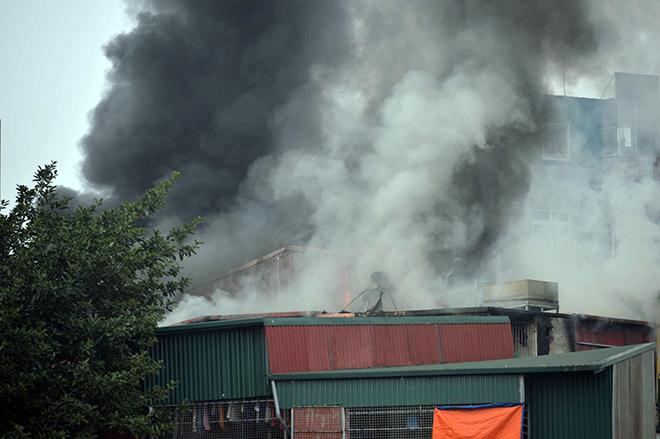 HN: Cháy lớn 3 ngôi nhà liền kề, cột khói bốc cao nghi ngút - 3