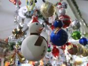 """Thị trường - Tiêu dùng - Gần Noel, cây thông thật """"cháy hàng"""", đồ ngoại hút khách"""