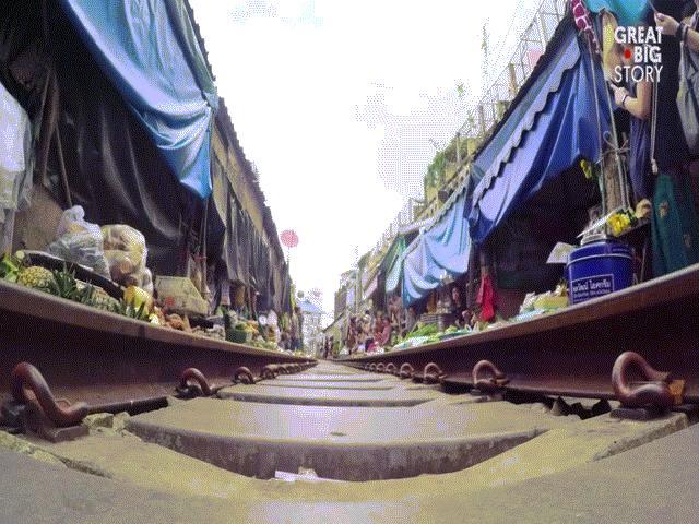 """Khám phá khu chợ """"cận kề sự sống và cái chết"""" nổi tiếng tại Thái Lan"""