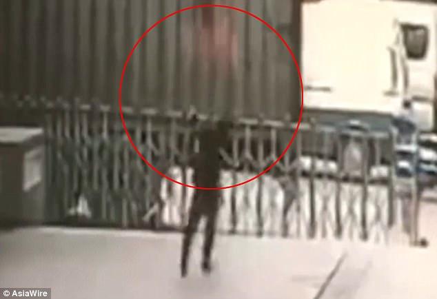 [Khùng]: 'Soái ca' Đỡ người phụ nữ nhảy từ tầng 11 và kết cục thương tâm.,