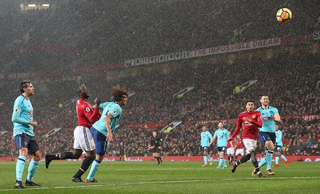 MU - Bournemouth: Siêu sao cất tiếng trong mưa tuyết