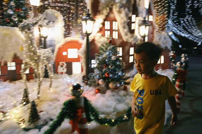 """Giáng sinh ở Sài Gòn: """"Lạc lối"""" ở 2 khu phố nhà giàu - 8"""