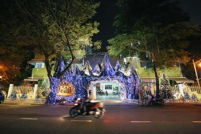 """Giáng sinh ở Sài Gòn: """"Lạc lối"""" ở 2 khu phố nhà giàu - 13"""