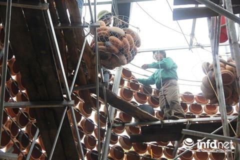 Độc đáo 'cây thông' Noel được làm bằng hàng nghìn chiếc nồi đất - 4
