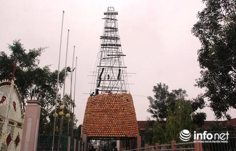 Độc đáo 'cây thông' Noel được làm bằng hàng nghìn chiếc nồi đất - 8