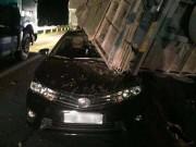 Tin tức trong ngày - Xe tải lật ngang đè lên ô tô con trên cao tốc, 2 người bị thương