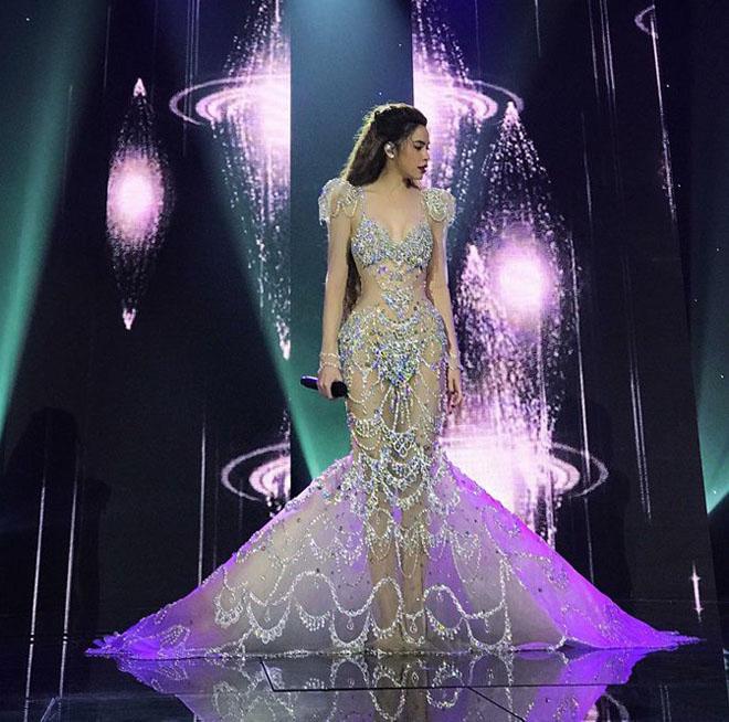 Loạt váy mỏng manh dễ gây hiểu nhầm của Hồ Ngọc Hà năm 2017