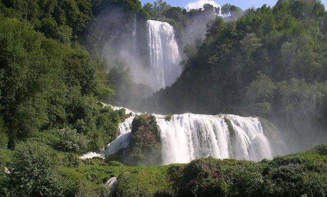 Nguồn cung cấp nước cho thác là từ sông Velino.