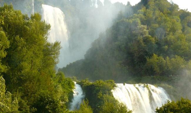 Thác chảy xuống thung lũng phía dưới và hình thành nên sông Nera.