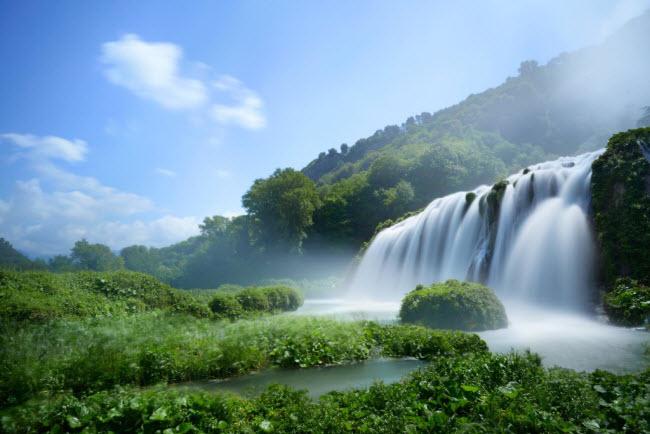 Du khách tham quan thác nước và khu vực xung quanh phải mua vé vào cửa.