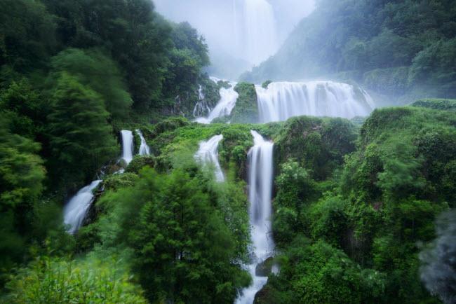 Từ trên đài quan sát, du khách có thể ngắm toàn cảnh thác và thung thũng Nera phía dưới.