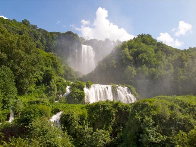 Nếu du khách thích khám phá, có thể tham gia các hoạt động thể thao nước như chèo thuyền dưới chân thác.