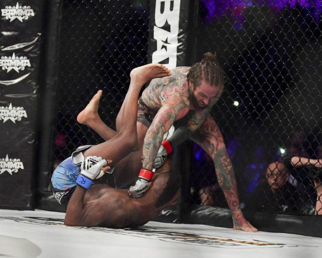 SAO lạ sàn MMA: Đấm như vũ bão, 43 giây knock-out đối thủ 1