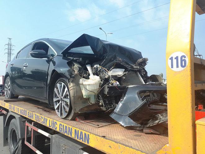 Xe Kia nát đầu, xe đi đưa tang lật ngang, 8 người bị thương - 2