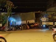 Tin tức trong ngày - Tránh xe máy vượt đèn đỏ, xe tải tông sập tường chùa