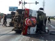 Tin tức trong ngày - Xe Kia nát đầu, xe đi đưa tang lật ngang, 8 người bị thương