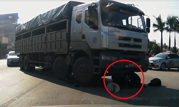 Clip: Cụ bà thoát chết thần kỳ dưới bánh xe tải