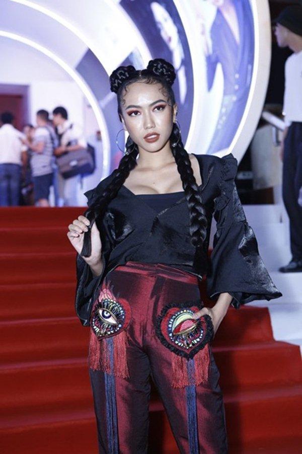 Hết hồn với top 10 bộ váy thảm họa nhất showbiz Việt năm 2017 - 11
