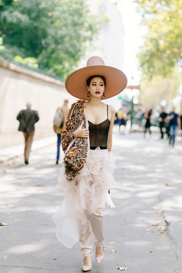 Hết hồn với top 10 bộ váy thảm họa nhất showbiz Việt năm 2017 - 10