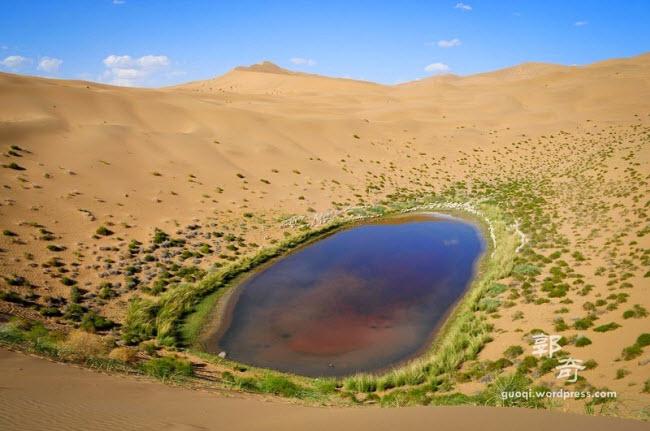 Những hồ nước bí ẩn trên sa mạc đẹp như tiên cảnh ở Trung Quốc