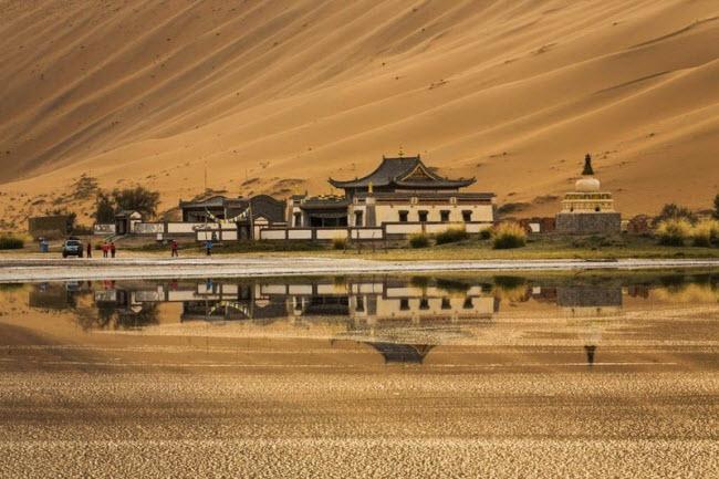 Những hồ nước bí ẩn trên sa mạc đẹp như tiên cảnh ở Trung Quốc - 5