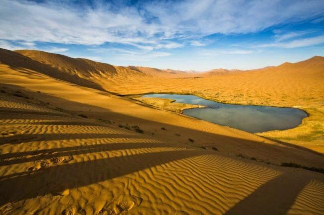 Những hồ nước bí ẩn trên sa mạc đẹp như tiên cảnh ở Trung Quốc - 4